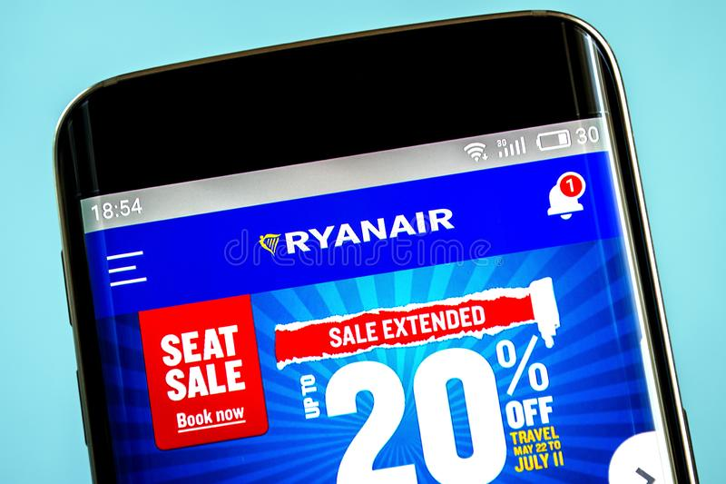 Berdyansk, Украина - 6-ое июня 2019: Домашняя страница вебсайта авиакомпании удерживаний Ryanair Логотип удерживаний Ryanair види стоковая фотография rf