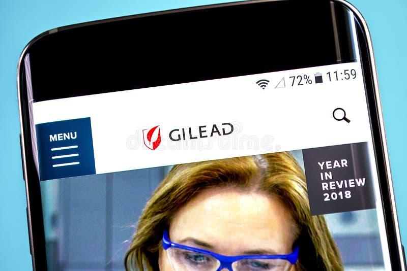 Berdyansk, Украина - 4-ое июня 2019: Домашняя страница вебсайта наук Gilead Логотип наук Gilead видимый на экране телефона, иллюс стоковое изображение rf
