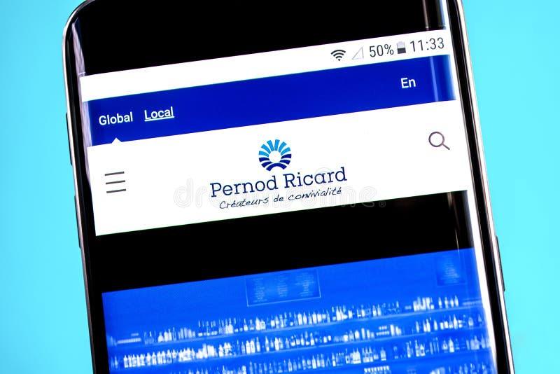 Berdyansk, Украина - 4-ое июня 2019: Домашняя страница вебсайта Ricard Pernod Логотип Ricard Pernod видимый на экране телефона, и стоковое изображение rf