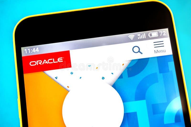 Berdyansk, de Oekraïne - April 25, 2019: Illustratief Hoofdartikel van Oracle-websitehomepage Oracle-embleem zichtbaar op het tel royalty-vrije stock afbeelding