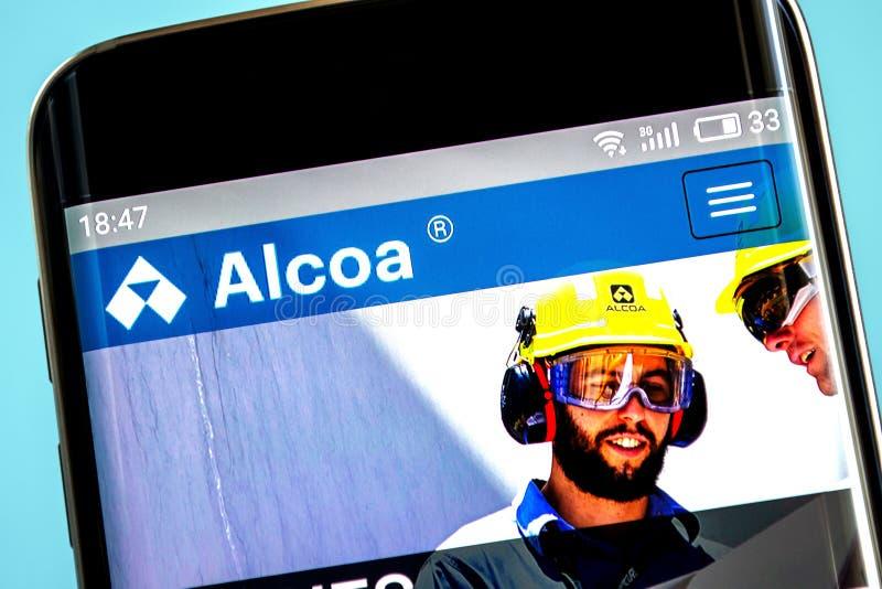 Berdyansk, de Oekraïne - 6 Juni 2019: De homepage van de Alcoawebsite Alcoaembleem zichtbaar op het telefoonscherm stock fotografie