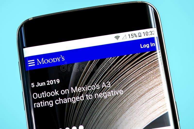 Berdyansk, de Oekraïne - 8 Juni 2019: De homepage van de Moodyswebsite Moodysembleem zichtbaar op het telefoonscherm, Illustratie royalty-vrije stock afbeelding