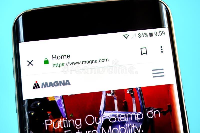 Berdyansk, de Oekraïne - 1 Juni 2019: Magna International-websitehomepage Magna International-embleem zichtbaar op het telefoonsc stock afbeeldingen