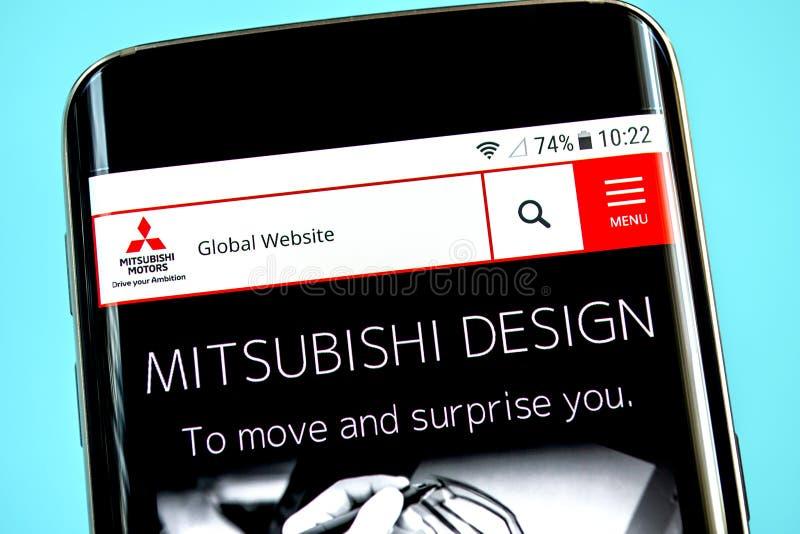 Berdyansk, de Oekraïne - 1 Juni 2019: Mitsubishi-de homepage van de Motorenwebsite Mitsubishi-Motorenembleem zichtbaar op het tel stock afbeeldingen