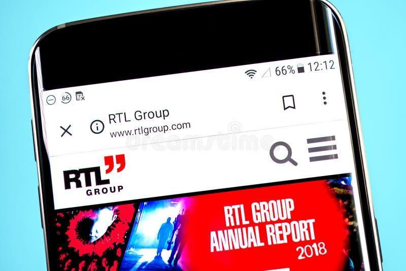 Berdyansk, de Oekraïne - 4 Juni 2019: RTL-de homepage van de Groepswebsite RTL-Groepsembleem zichtbaar op het telefoonscherm, Ill stock foto