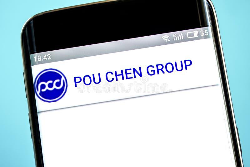 Berdyansk, de Oekraïne - 6 Juni 2019: De websitehomepage van Pouchen Het embleem van Pouchen zichtbaar op het telefoonscherm royalty-vrije stock afbeelding