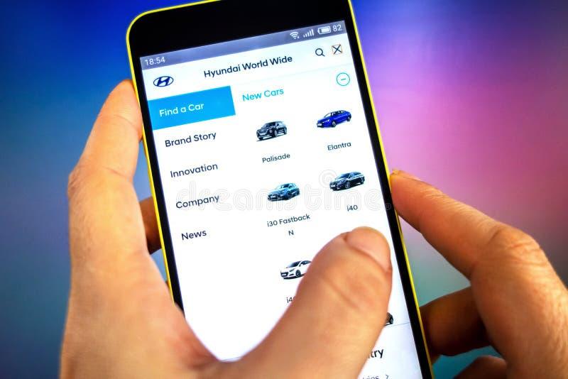 Berdyansk, de Oekraïne - Maart 21, 2019: Hyundai Engineering-websitehomepage Hyundai Engineering-embleem zichtbaar op het telefoo stock foto