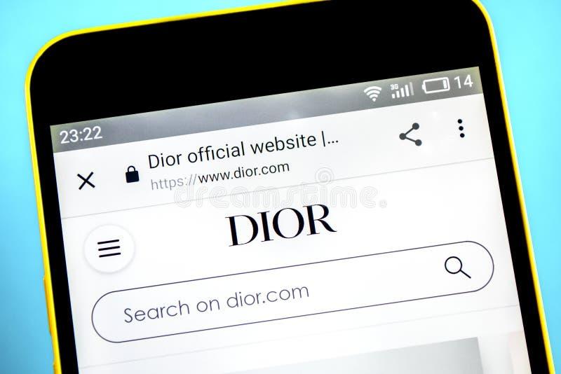 Berdyansk, de Oekraïne - 26 Mei 2019: Christian Dior-websitehomepage Christian Dior-embleem zichtbaar op het telefoonscherm stock foto