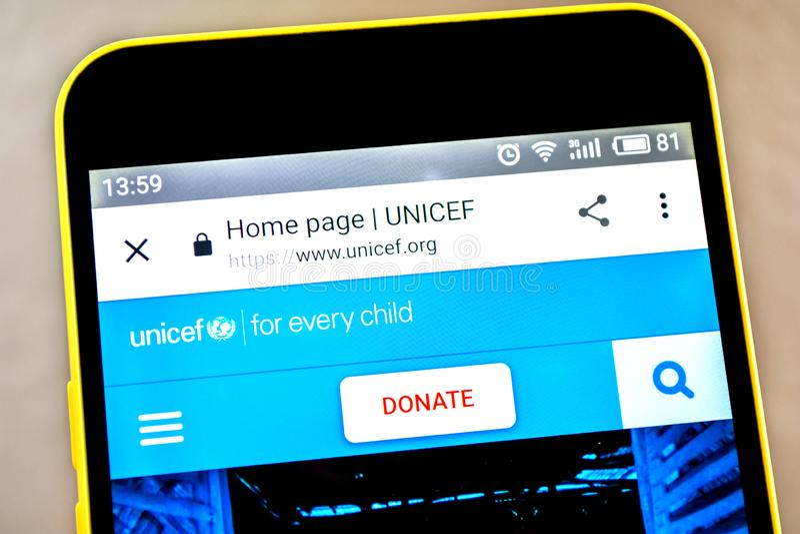 Berdyansk, de Oekraïne - 15 Mei 2019: De homepage van de UNICEFwebsite UNICEFembleem zichtbaar op het telefoonscherm stock fotografie