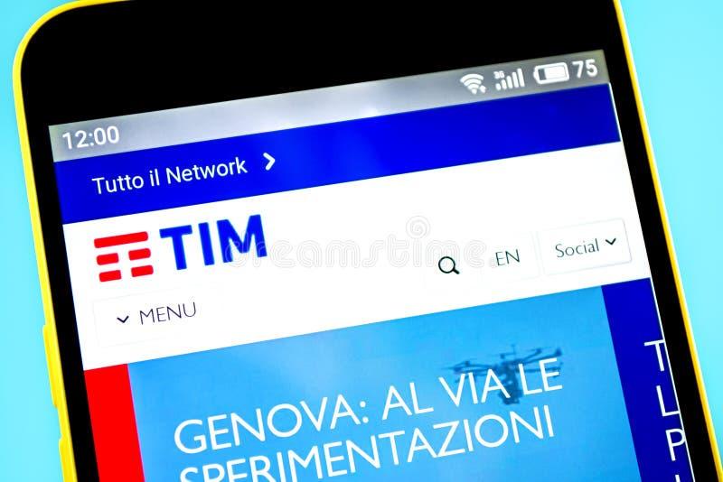 Berdyansk, de Oekraïne - 14 Mei 2019: Illustratief Hoofdartikel van Telecom Italia-websitehomepage Telecom Italia-embleem zichtba stock foto