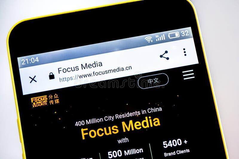 Berdyansk, de Oekraïne - 15 Mei 2019: Nadrukmedia websitehomepage Nadrukmedia embleem zichtbaar op het telefoonscherm stock fotografie