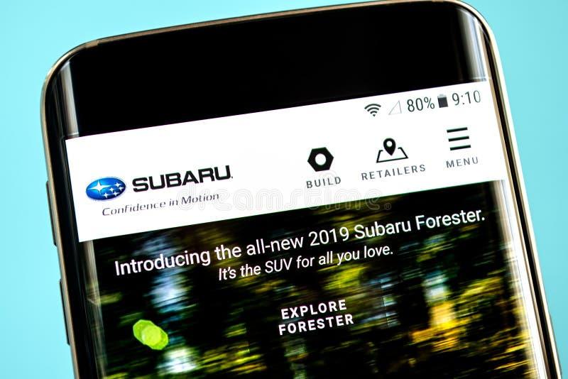 Berdyansk, de Oekraïne - 30 Mei 2019: Subaru-websitehomepage Subaru-embleem zichtbaar op het telefoonscherm stock foto