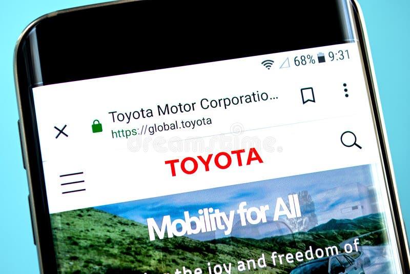 Berdyansk, de Oekraïne - 30 Mei 2019: Toyota Motor-websitehomepage Toyota Motor-embleem zichtbaar op het telefoonscherm stock foto