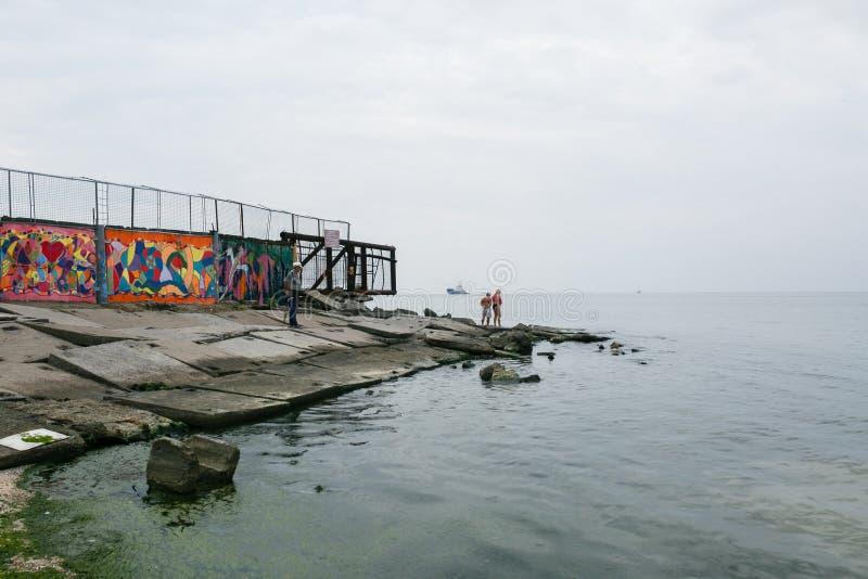 Berdyansk, Ucraina - 31 agosto 2016: Spiaggia della città con i vacanzieri immagini stock