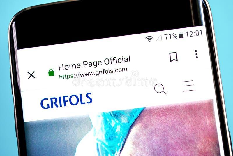 Berdyansk, Ucraina - 4 giugno 2019: Homepage del sito Web di Grifols Logo visibile sullo schermo del telefono, editoriale indicat fotografia stock