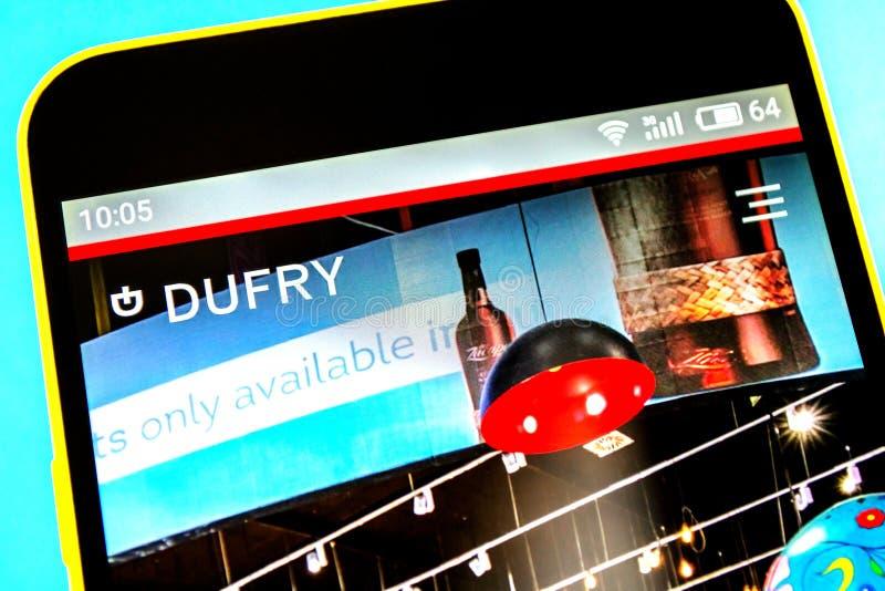 Berdyansk, Ucrania - 18 de abril de 2019: Editorial ilustrativo del homepage de la página web de Dufry Logotipo de Dufry visible  fotos de archivo