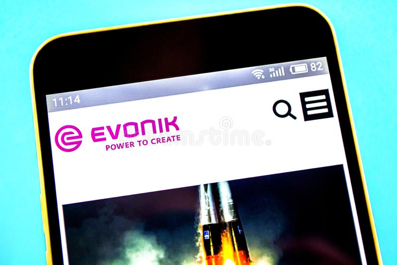 Berdyansk, Ucrania - 21 de abril de 2019: Editorial ilustrativo del homepage de la página web de Evonik Logotipo de Evonik visibl imagen de archivo