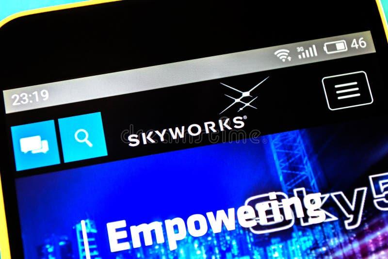 Berdyansk, Ucrania - 18 de abril de 2019: Editorial ilustrativo del homepage de la página web de las soluciones de Skyworks Logot imagen de archivo