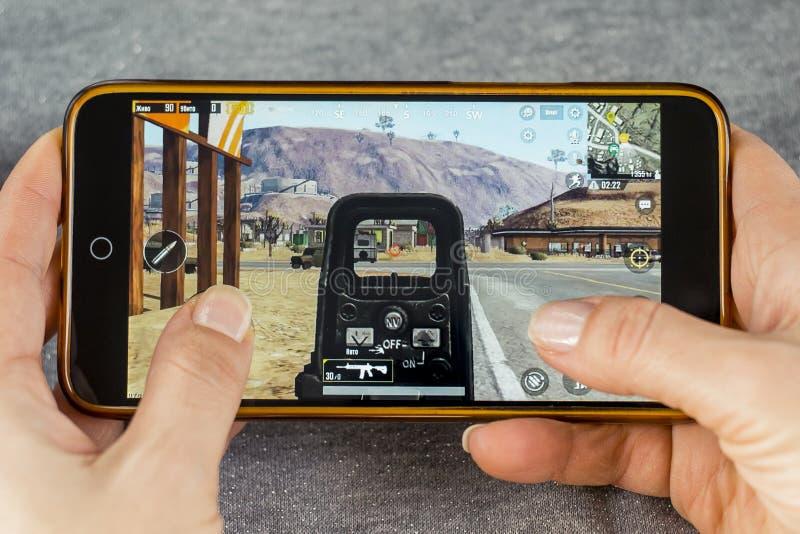 Berdyansk, Ucrania - 25 de diciembre de 2018: Android-Smartphone juega a juegos móviles del Battle Royale de PUBG imagenes de archivo