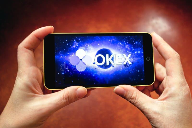Berdyansk, Ucrania - 17 de marzo de 2019: Logotipo de OKEx exhibido en un smartphone moderno imágenes de archivo libres de regalías