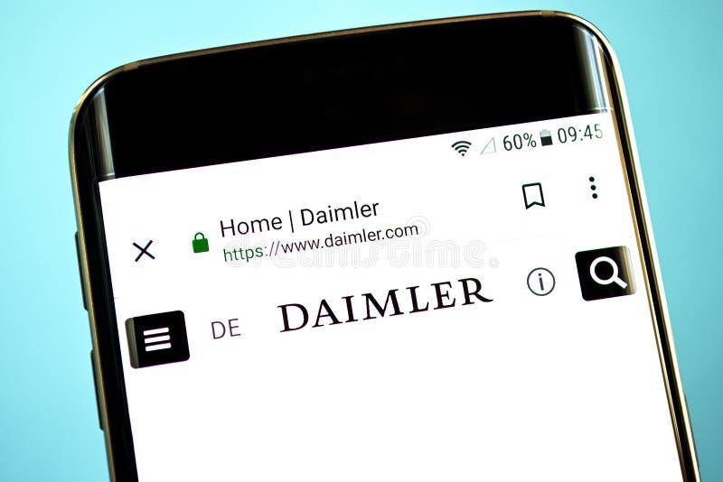 Berdyansk, Ucrania - 30 de mayo de 2019: Homepage de la página web de Daimler Logotipo de Daimler visible en la pantalla del telé fotografía de archivo