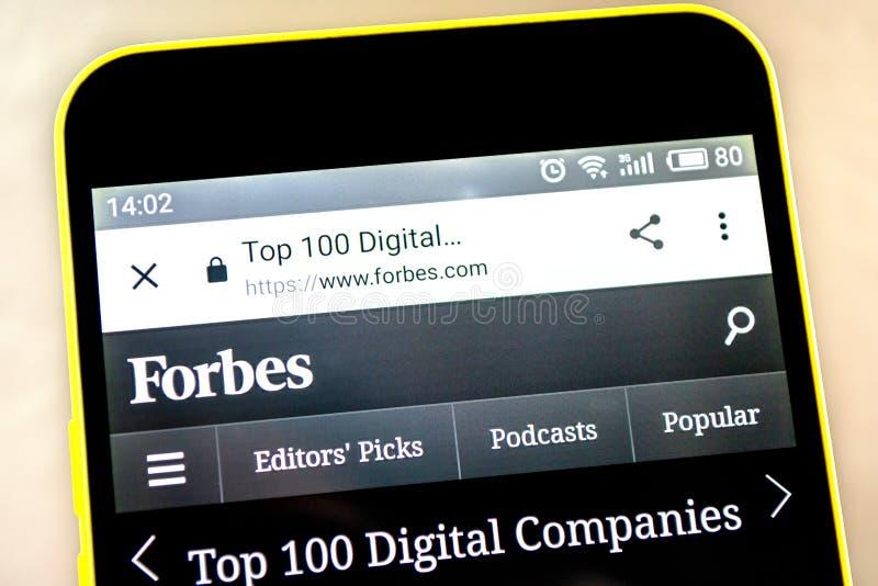 Berdyansk, Ucrania - 15 de mayo de 2019: Homepage de la página web de Forbes Top 100 Logotipo de Forbes visible en la pantalla de imagen de archivo