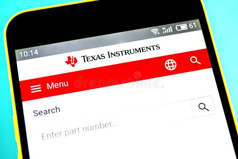 Berdyansk Ukraina - April 18, 2019: Illustrativ ledare av Texas Instruments websitehomepage Synlig Texas Instruments logo arkivbilder