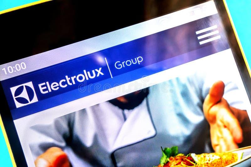Berdyansk Ukraina - April 3, 2019: Illustrativ ledare, homepage för Electrolux gruppwebsite Synlig Electrolux grupplogo på royaltyfria foton