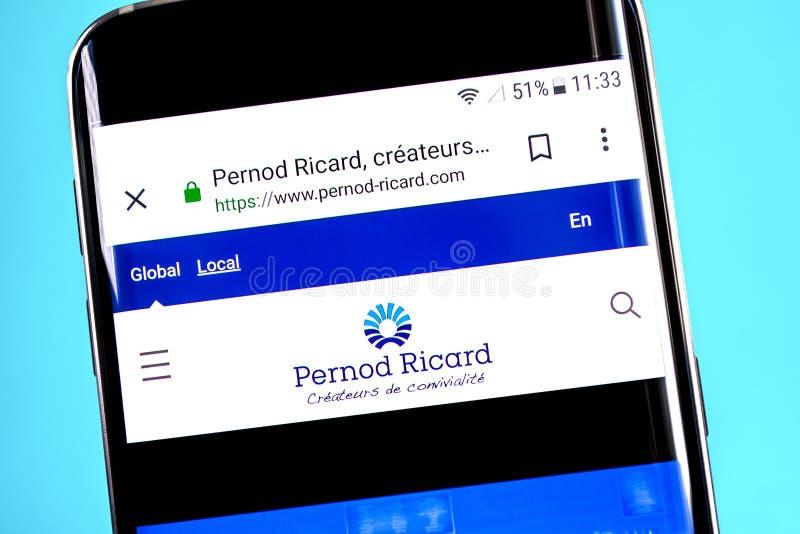 Berdyansk, Ukraina - 4 2019 Czerwiec: Pernod Ricard strony internetowej homepage Pernod Ricard logo widoczny na telefonu ekranie, fotografia royalty free