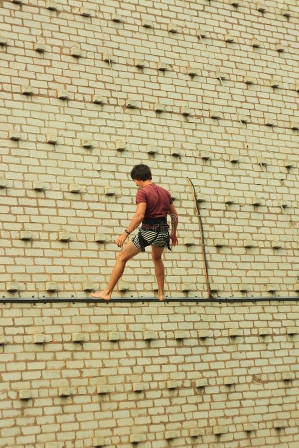 Berdyansk, Ukraina, CZERWIEC/- 22, 2019: Rockowego arywisty mężczyzna trenuje przy wspinaczkową ścianą Aktywny i zdrowy styl ?yci zdjęcia royalty free