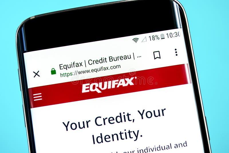 Berdyansk Ukraina - 8 Juni 2019: Equifax websitehomepage Equifax logo som är synlig på telefonskärmen, illustrativ ledare arkivfoto