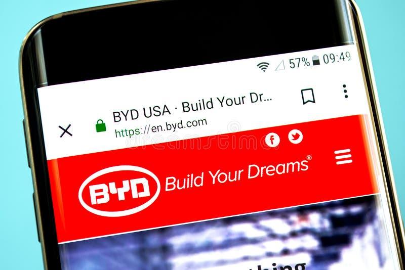 Berdyansk Ukraina - 30 Maj 2019: BYD-websitehomepage BYD-logo som är synlig på telefonskärmen fotografering för bildbyråer