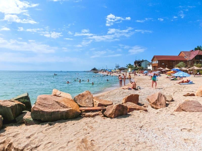 Berdyansk, Ukraine le 30 juin 2018 : seasonon de station balnéaire la côte de la mer d'Azov Les gens les prennent un bain de sole images stock