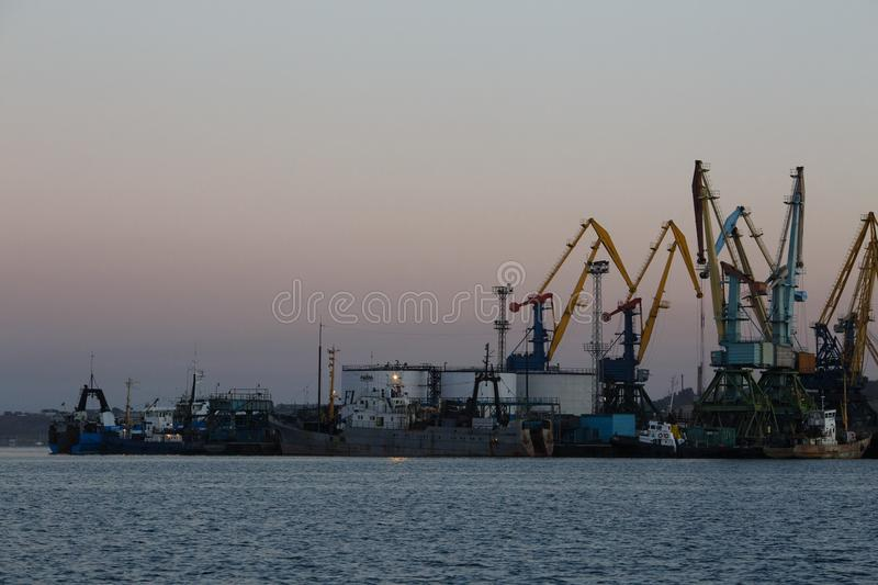 BERDYANSK - UKRAINE, LE 2 SEPTEMBRE 2016 : Silhouette de beaucoup grande de grues dans le port maritime photo stock