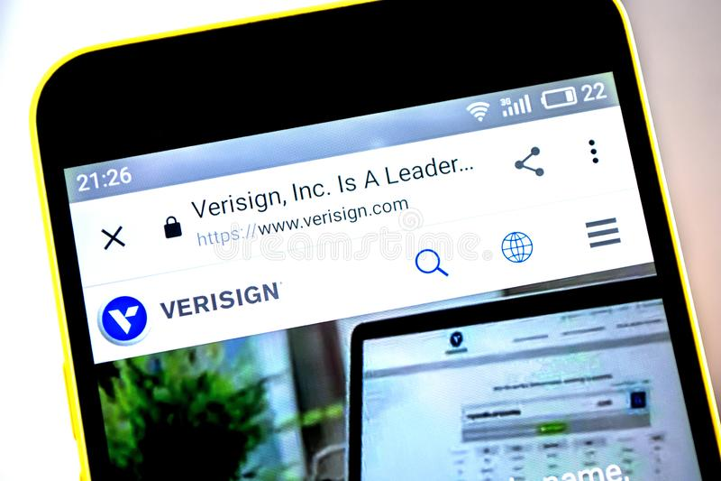 Berdyansk, Ukraine - 19 mai 2019 : Page d'accueil de site Web de Verisign Logo de Verisign évident sur l'écran de téléphone photos libres de droits