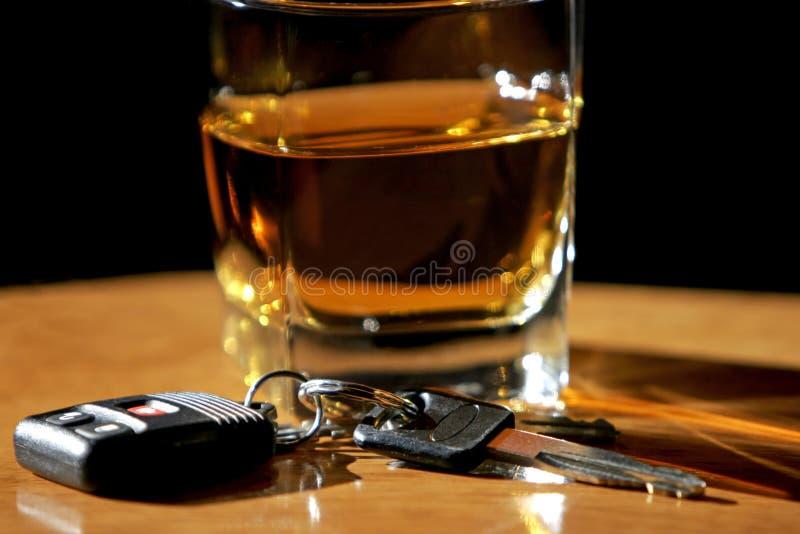 Bere & guidare - tasti & alcool dell'automobile fotografie stock