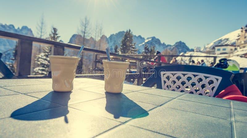 Bere caffè caldo e saporito alla stazione sciistica fotografia stock libera da diritti
