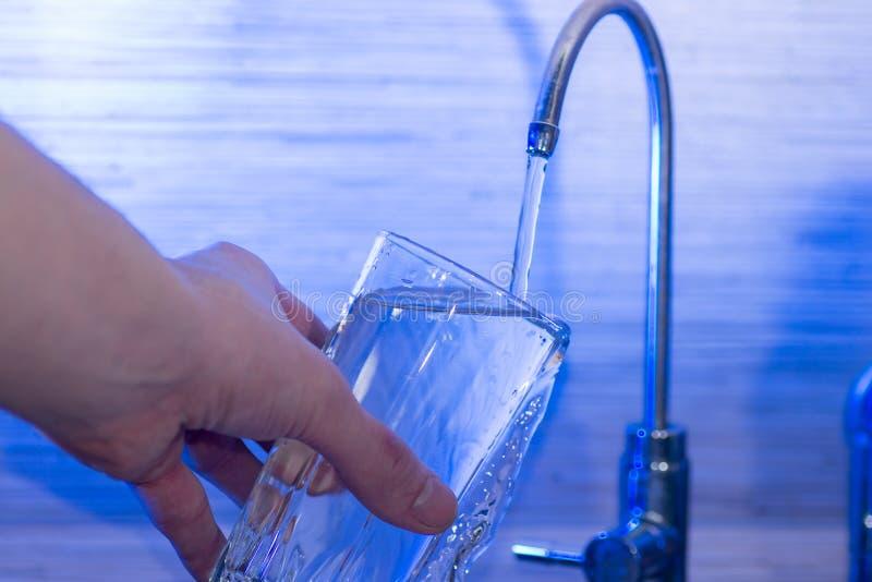 Bere dell'acqua di rubinetto fotografia stock libera da diritti