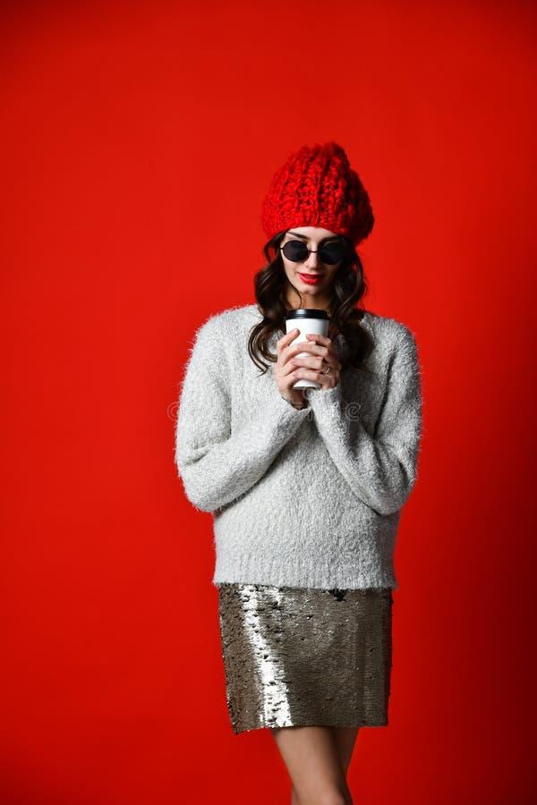 Bere grazioso felice della giovane donna caff?--vanno e pensare nella citt? immagine stock libera da diritti