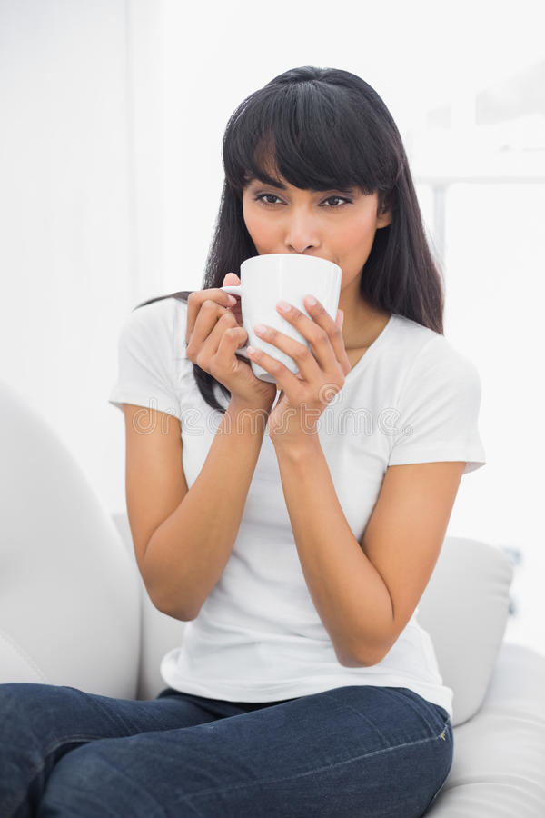Bere rilassato contento della donna della tazza fotografia stock libera da diritti