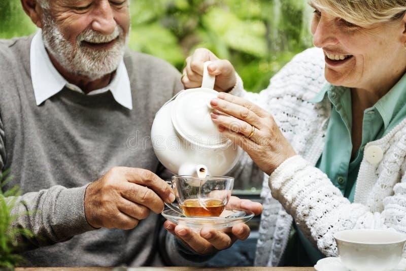Bere senior del tè di pomeriggio delle coppie si rilassa il concetto fotografia stock