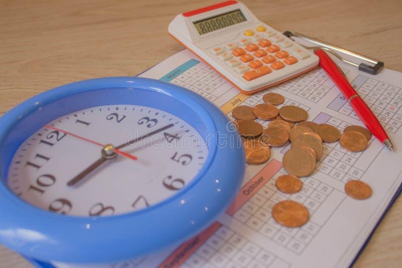 Berechnung des Finanzgeschäfts Münzstapel mit Hintergrundhintergrund stockbild