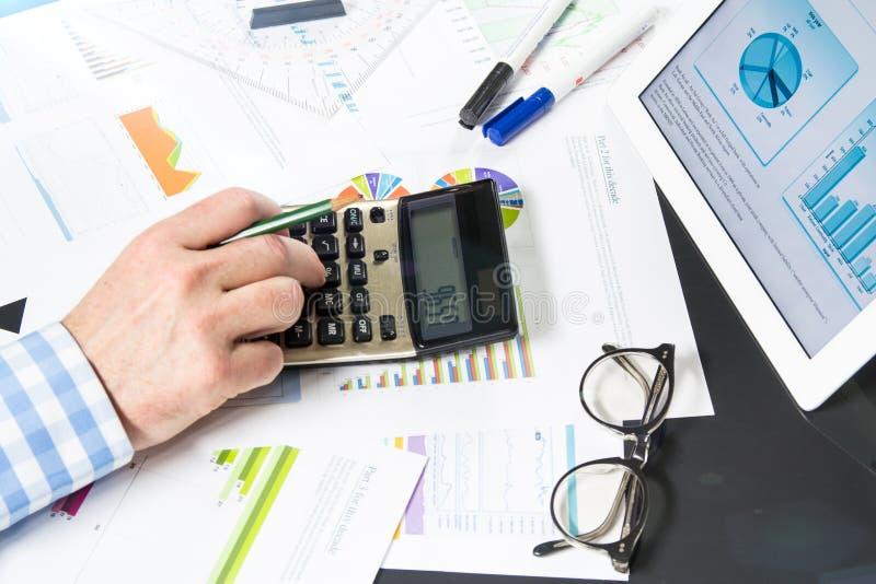 Berechnung mit Geschäftsdokumenten stockbild