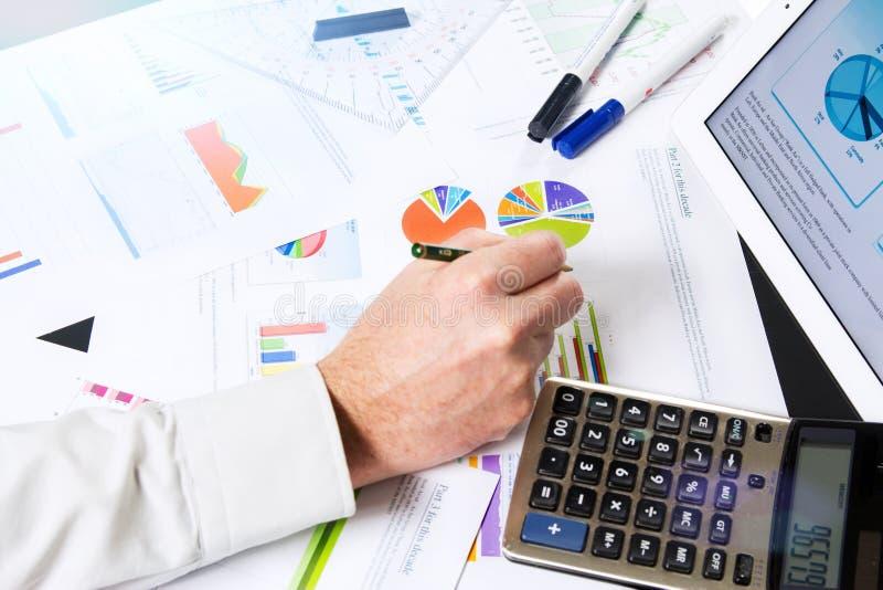 Berechnung mit Geschäftsdokumenten lizenzfreie stockfotos