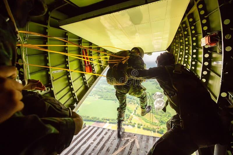 Bereden politie van militaire vliegtuigen, geparachuteerde die Militairen wordt geparachuteerd royalty-vrije stock foto's