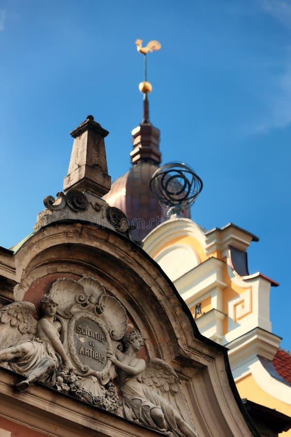 Bereich und goldene Hauben-Kathedrale des jungen Hahns in Riga lizenzfreies stockfoto