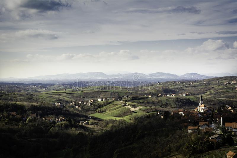 Bereich von Zagorje nahe Zagreb im Frühherbst mit Los Dörfern auf Hügeln und Bergen im Abstand lizenzfreies stockbild