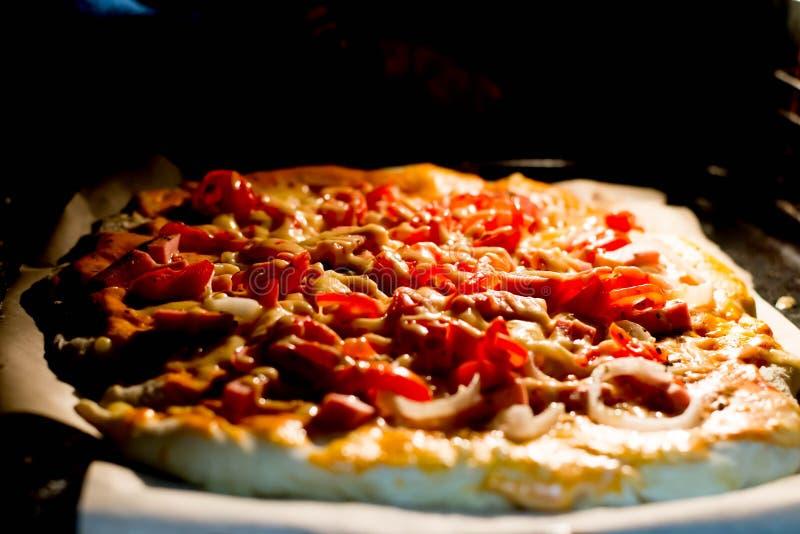 Bereid voor het eerst pizza voor royalty-vrije stock afbeelding