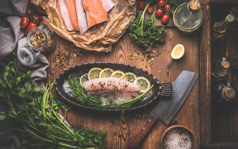 Bereiding van de visbereiding met verschillende visfilets, bakpan in visvorm op de bijtende keukenachtergrond Bovenaanzicht royalty-vrije stock foto