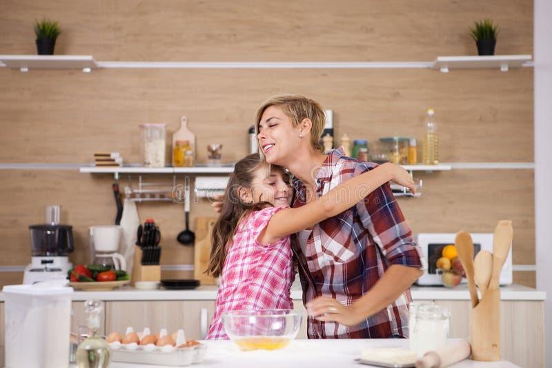 Bereidt de kind leping moeder heerlijk voedsel voor beiden voor royalty-vrije stock fotografie